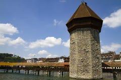Vue urbaine du pont en bois et de la tour célèbres sur la rivière dans la vieille ville de la luzerne photographie stock libre de droits