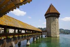 Vue urbaine du pont en bois et de la tour célèbres sur la rivière dans la vieille ville de la luzerne images stock