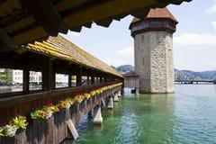 Vue urbaine du pont en bois et de la tour célèbres sur la rivière dans la vieille ville de la luzerne image stock