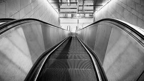Vue urbaine, escalator vide la nuit Images stock