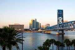 Vue urbaine et passerelle de fleuve Photo libre de droits