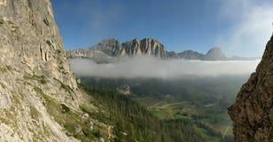 Vue vers Colfosco dessus par l'intermédiaire de Ferratta Tridentina, dolomites, Italie Images libres de droits