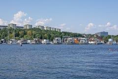 Vue vers des bateaux de marina de Pampas de Hornsbergsstrand photographie stock