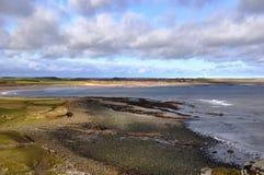 Vue vers la baie d'Embleton dans le Northumberland photo stock