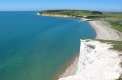 Vue vers la plage des falaises de craie blanches de sept soeurs, le Sussex est, Angleterre Photos libres de droits