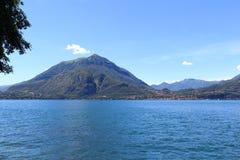 Vue vers la ville Bellagio de bord de lac au lac Como avec des montagnes en Lombardie Photo libre de droits