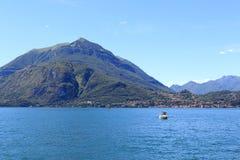 Vue vers la ville Bellagio de bord de lac au lac Como avec des montagnes en Lombardie, Italie Photo libre de droits