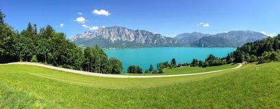 Vue vers le lac Attersee avec la gamme verte de prés de pâturage et de montagne d'Alpes près de Nussdorf Salzbourg, Autriche images libres de droits