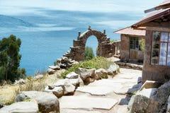 Vue vers le Lac Titicaca de l'île de Taquile image libre de droits