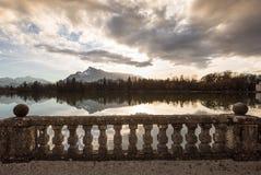 Vue vers les Alpes au-dessus d'un lac Image libre de droits