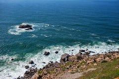 Vue vers les roches et l'océan image stock