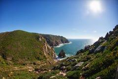 Vue vers les roches et l'océan photo libre de droits