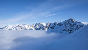 Vue vers Swinica et Granaty de Kasprowy Wierch dans la vidéo de laps de temps de montagnes de Tatra clips vidéos