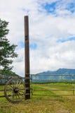 Vue verticale d'une porte et des roues rurales Images stock
