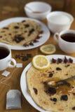 Vue verticale des gâteaux ronds et de deux tasses de thé Image libre de droits
