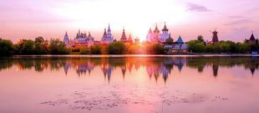 Vue vibrante d'Izmailovo Kremlin en bois ? Moscou sous le ciel de coucher du soleil images libres de droits