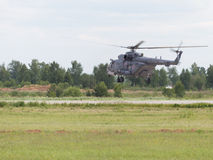 Vuela un helicóptero MI-8 Imagenes de archivo