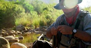 Vuele al pescador que prepara la secuencia para atar en el gancho metrajes