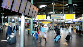 Vuele el horario en el aeropuerto Schiphol, Países Bajos de Amsterdam, almacen de video