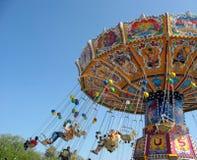 Vuele en el cielo - pequeño carrusel colorido Imagen de archivo