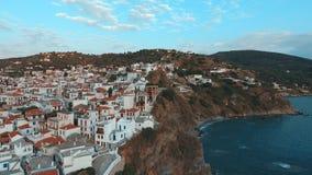 Vuele sobre la ciudad de la isla de Skopelos en Grecia almacen de video