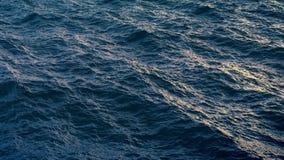 Vuele sobre superficie del agua del océano en tiempo de la tarde