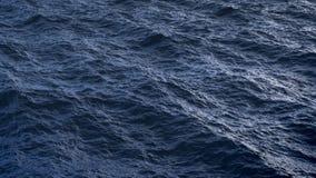 Vuele sobre superficie perturbada del agua del océano en la cámara lenta almacen de metraje de vídeo