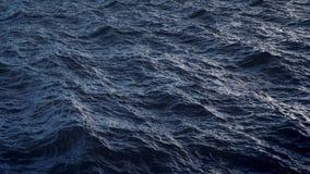 Vuele sobre superficie perturbada del agua del océano en la cámara lenta, loopable metrajes