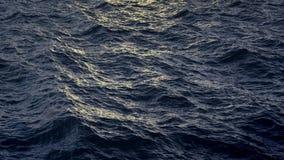Vuele sobre superficie perturbada del agua del océano en la cámara lenta, loopable almacen de video