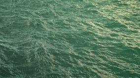 Vuele sobre superficie verde del océano en la cámara lenta, loopable almacen de video