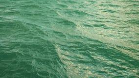 Vuele sobre superficie verde del océano en la cámara lenta, loopable almacen de metraje de vídeo