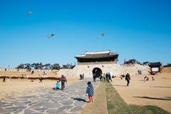 Vuele una cometa en la puerta de Changnyongmun de la fortaleza de Hwaseong, Corea imagen de archivo libre de regalías