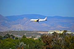 Vueling Airlines que vuela bajo Imagen de archivo