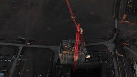 Vuelo épico sobre la grúa de construcción, en la construcción de un edificio, tirando con el abejón almacen de video
