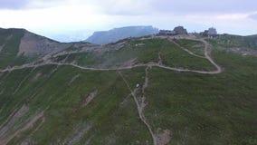 Vuelo aéreo al chalet de Omu, montañas de Bucegi, Rumania almacen de metraje de vídeo