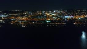 Vuelo aéreo Camden New Jersey Waterfront en la noche almacen de video