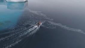 Vuelo aéreo de la Antártida sobre el barco rápido metrajes