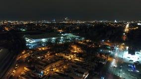 Vuelo aéreo de la cantidad hacia horizonte del PA de Philadelphia en la noche almacen de metraje de vídeo
