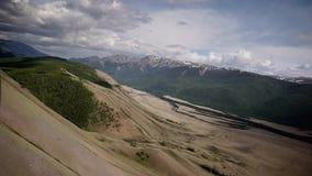 Vuelo aéreo de las imágenes de vídeo comunes sobre la cuesta de montaña en frente - una tempestad de truenos metrajes