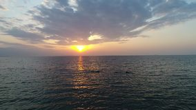 Vuelo aéreo del abejón, avance adentro de la calma, mar de la tarde almacen de video