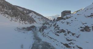Vuelo aéreo del abejón en las montañas en invierno almacen de metraje de vídeo