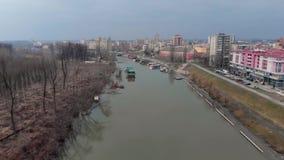 Vuelo aéreo del abejón sobre el río, balsas del río y barcos metrajes