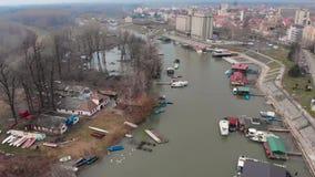 Vuelo aéreo del abejón sobre el río, balsas del río y barcos almacen de metraje de vídeo