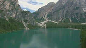 Vuelo aéreo del abejón sobre un Lago escénico di Braies en las montañas de las dolomías almacen de metraje de vídeo