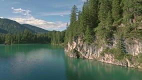 Vuelo aéreo del abejón sobre un Lago escénico di Braies en las montañas de las dolomías metrajes
