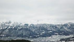 Vuelo aéreo del invierno hermoso sobre cadena de montaña Montañas del suizo del paisaje Ski Vacation almacen de video
