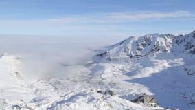 Vuelo aéreo del invierno hermoso sobre la montaña almacen de video