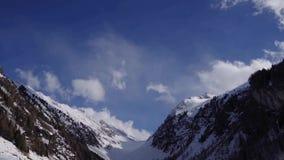 Vuelo aéreo del invierno hermoso sobre las montañas del suizo del paisaje de la cadena de montaña almacen de metraje de vídeo