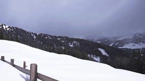 Vuelo aéreo del invierno hermoso sobre las montañas del suizo del paisaje de la cadena de montaña metrajes