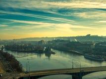 Vuelo aéreo del verano de Praga sobre el río de Moldava fotografía de archivo